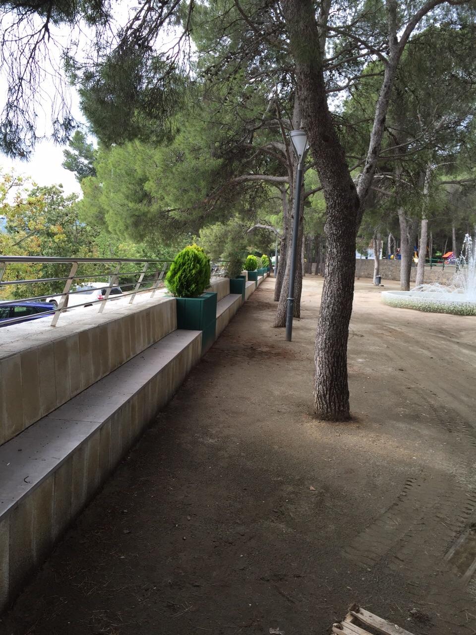 Te parques de la villa altura detalles de la - Celosia con jardinera ...