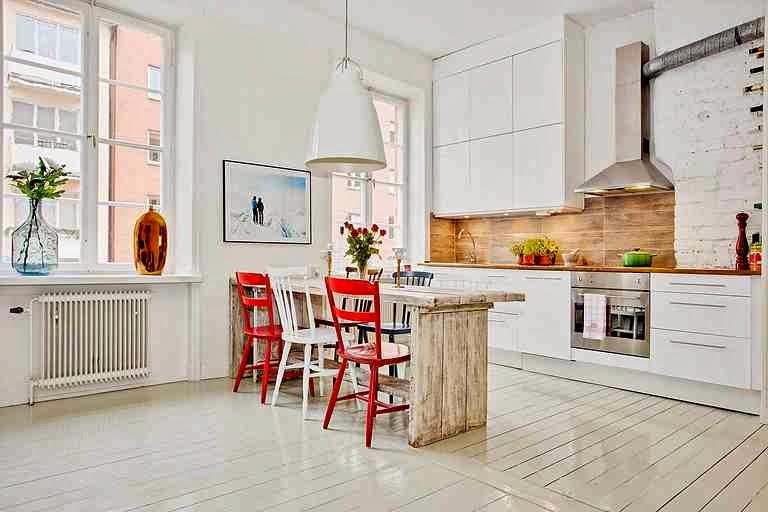 Biała kuchnia, biała lampa w kuchni, czerwone krzesła, skandynawska kuchnia