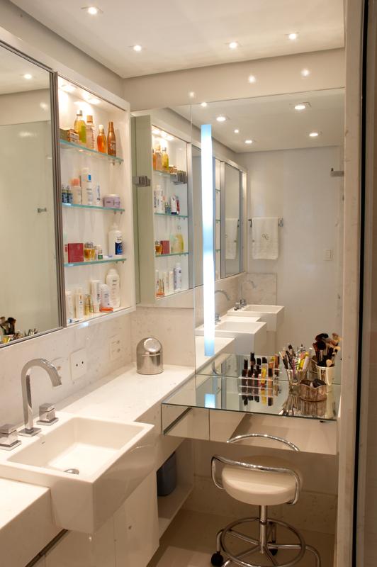 25 Banheiros com bancadas de maquiagem  veja modelos lindos e modernos!  De -> Banheiro Moderno Casal