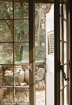 small terrace - image by Bernard Touillon via cotemaison fr,  Août-Septembre 2005, Maison Famille, La Nouvel Le Vie d Un Mas En Provence as seen on linenandlavender.net - http://www.linenandlavender.net/2014/01/backtoprovence.html