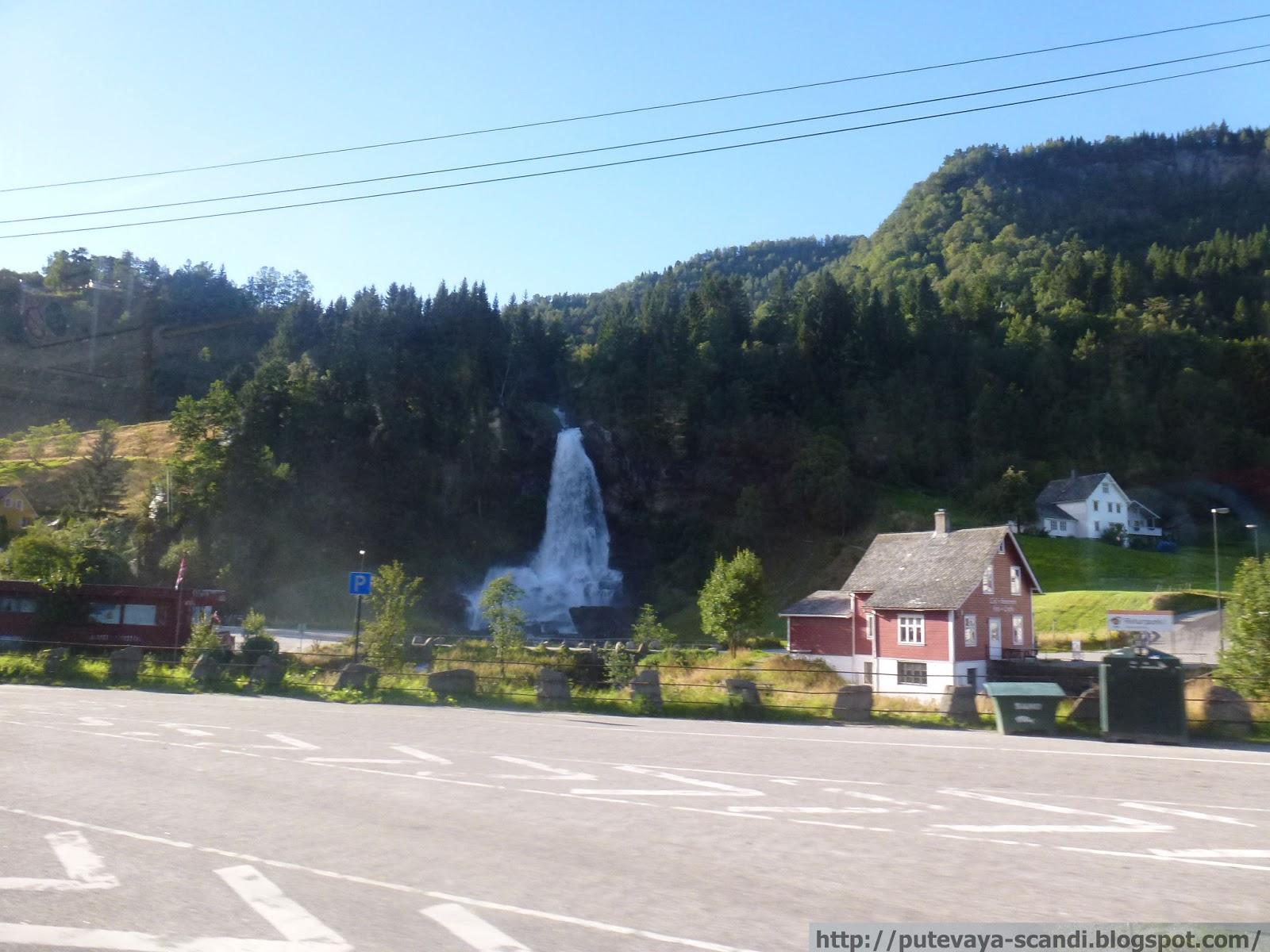 живут рядом с водопадом!