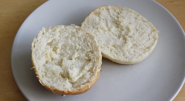 Pyszne, proste maślane bułeczki z masłem