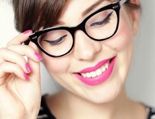 Como cualquier adicta a la moda, he caído en unas gafas cat eye como la que os muestro en la foto. Preciosas y muy retro. Me encantan.