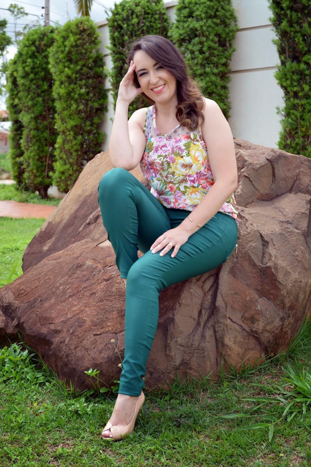 calça verde, blusa estampada, blusa estampa floral, sapato nude, lalilu modas, blog camila andrade, blog de moda em ribeirão preto, fashion blogger, look do dia, du jour