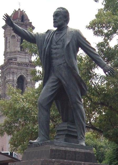 Monumento de Guillermo Prieto de cerca