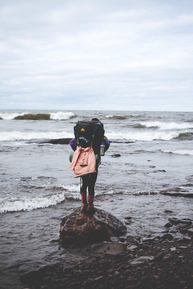 Chica con mochila de aventuras