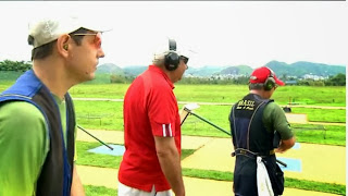 Daniel Hernandez, de vermelho, orienta atletas do Skeet (Foto: Reprodução/SporTV)
