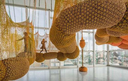 Exposición de arte multisensorial Ernesto Neto el cuerpo que me lleva Museo Guggenheim de Bilbao