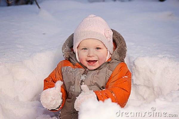 Photo beau bébé dans la neige