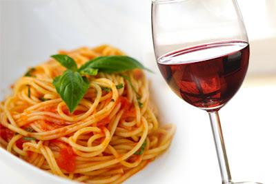 Comida y vino: plato de tallarines y copa de vino