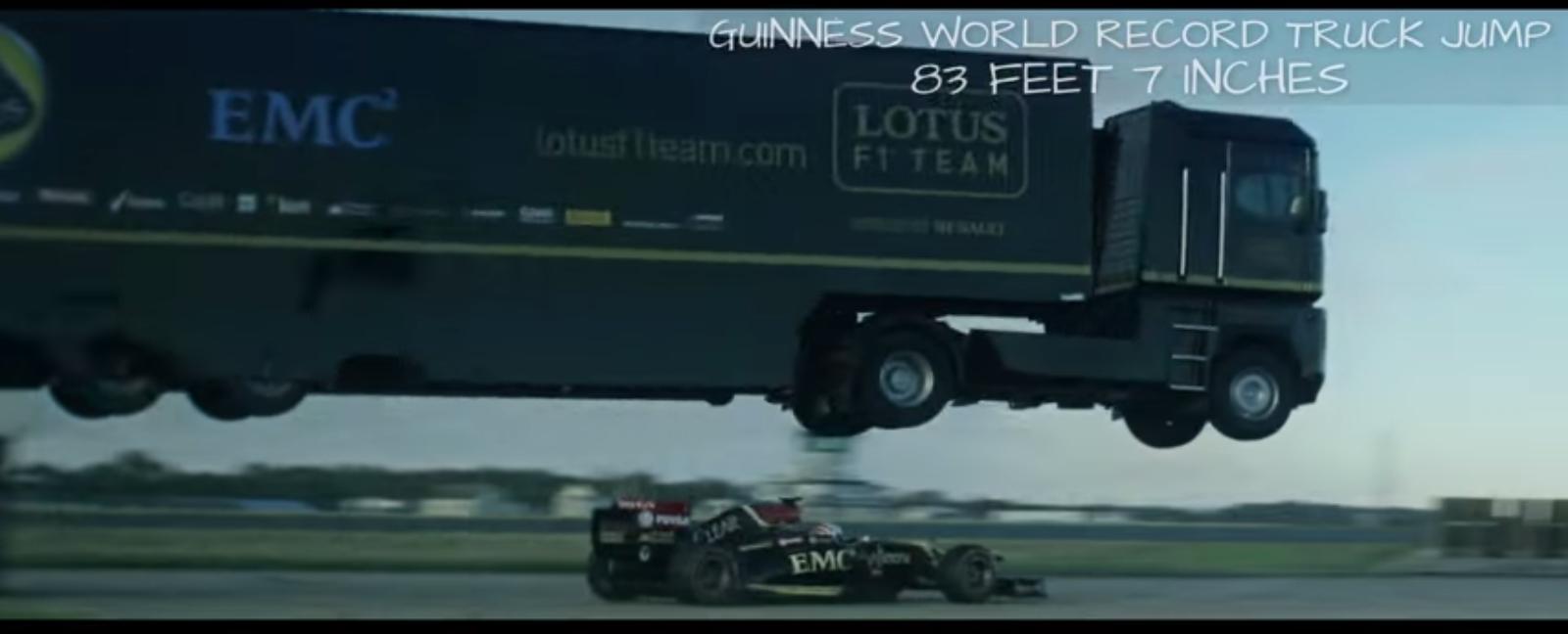 Camion salta macchina di Formula 1