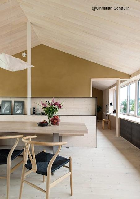 Comedor en el interior de la casa de granjero estilo Contemporáneo