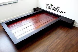 เตียงไม่มีหัว พร้อมตู้ใบเล็กใส่ของข้างเตียงข้างละใบ ทำจากไม้ประดู่ และทำสีปิดงานด้วยสีโอ๊คเข้ม แต่ยังเห็นลายไม้อย่างชัดเจน ผลงานจาก ไม้แท้.com