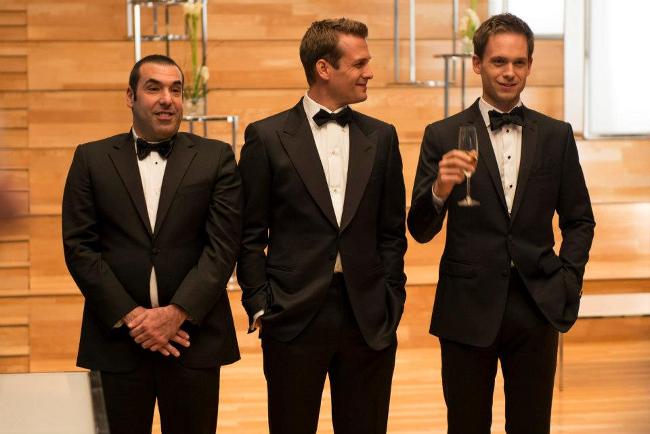los personajes de suits visten de gala