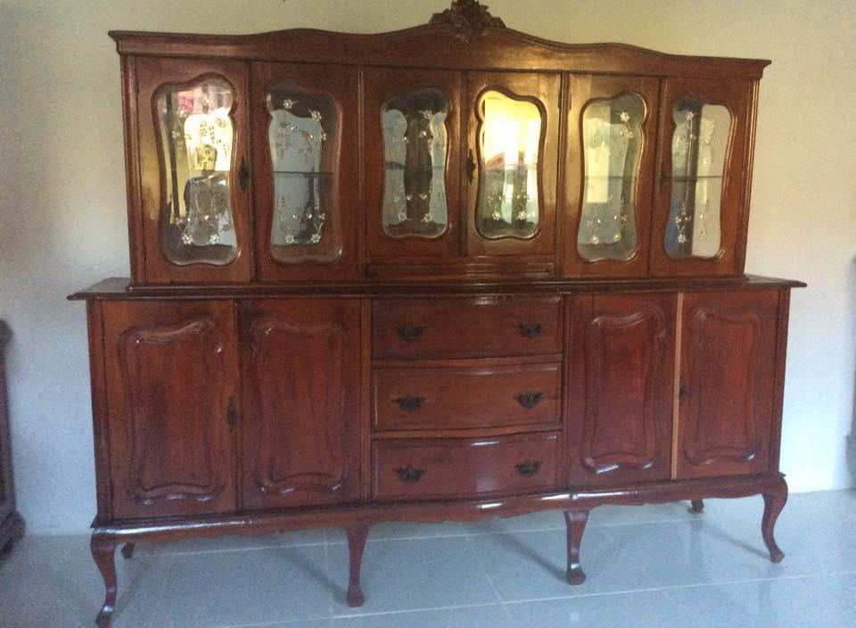 REF 006  Cristaleira antiga estilo Luiz Xv com vidros Lapidados e Bisotados 4.000,00
