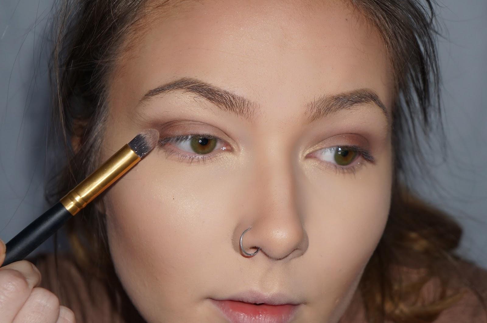 Gold Glitter Halo Eyeshadow - C H X R L X E