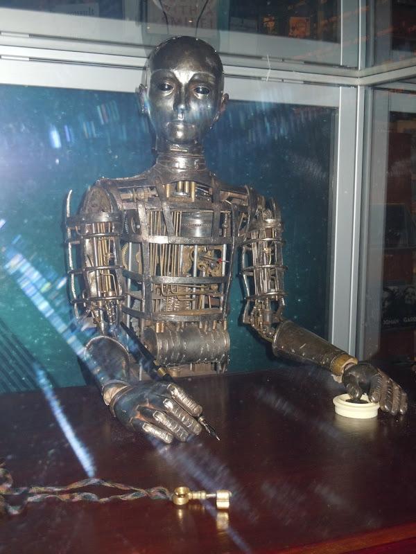Hugo robot and key props