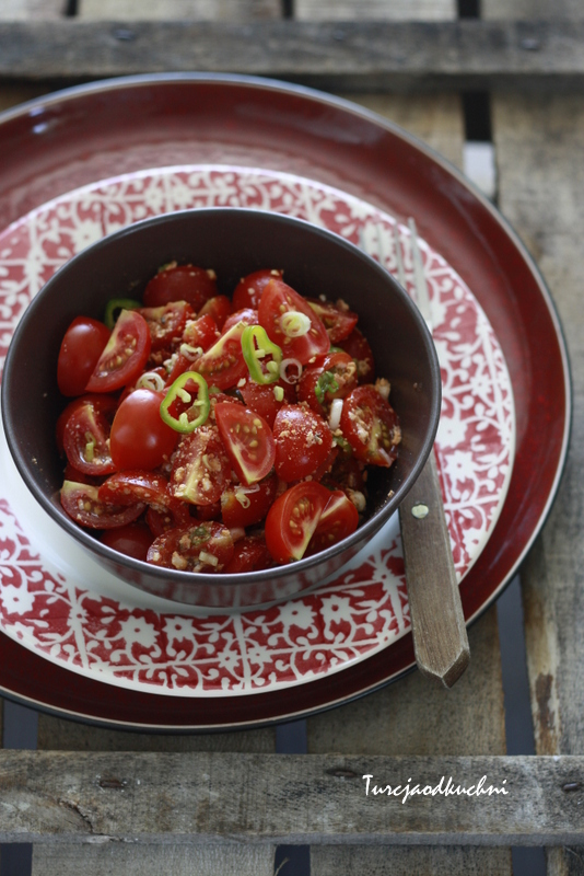 Salatka z pomidorami i serem