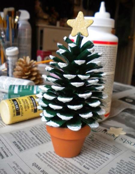 Haz arbolitos navide os con pi as de pinos - Como hacer centros de navidad con pinas ...