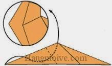Bước 7: Gấp cạnh giấy lên vào trong giữa hai lớp giấy.