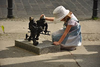 Krasnale wroclawskie - pozarki biegna na pomoc dziewczynce