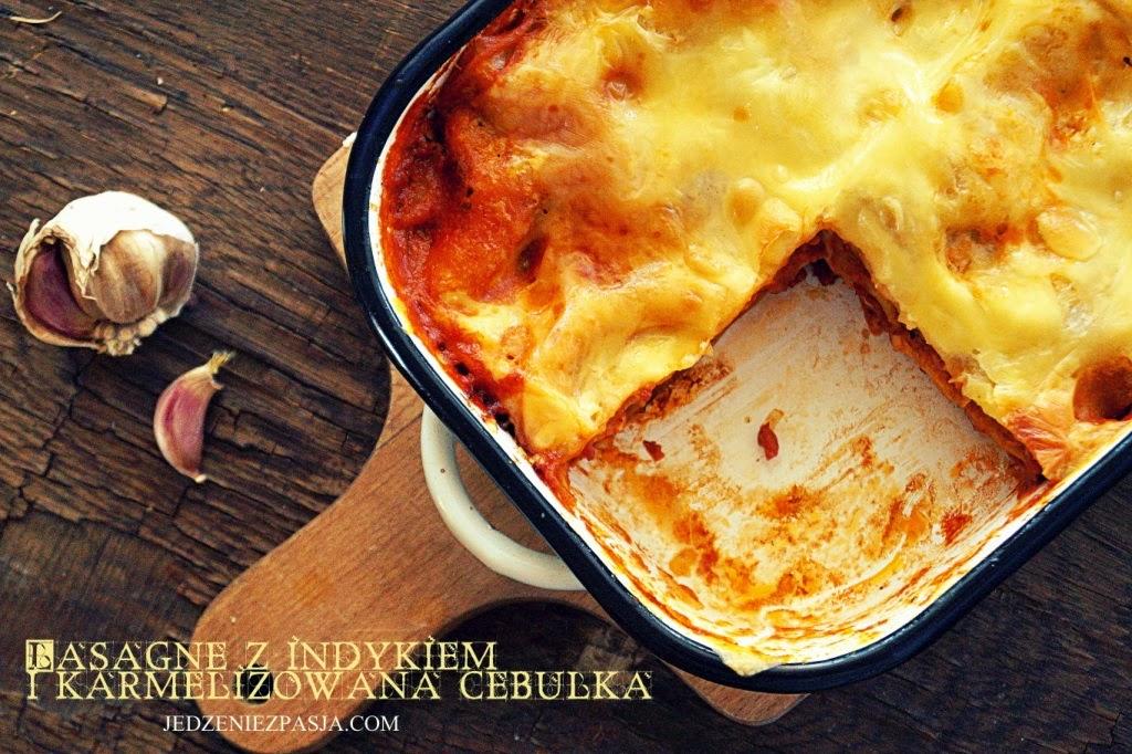 Lasagne z indykiem i karmelizowaną cebulką
