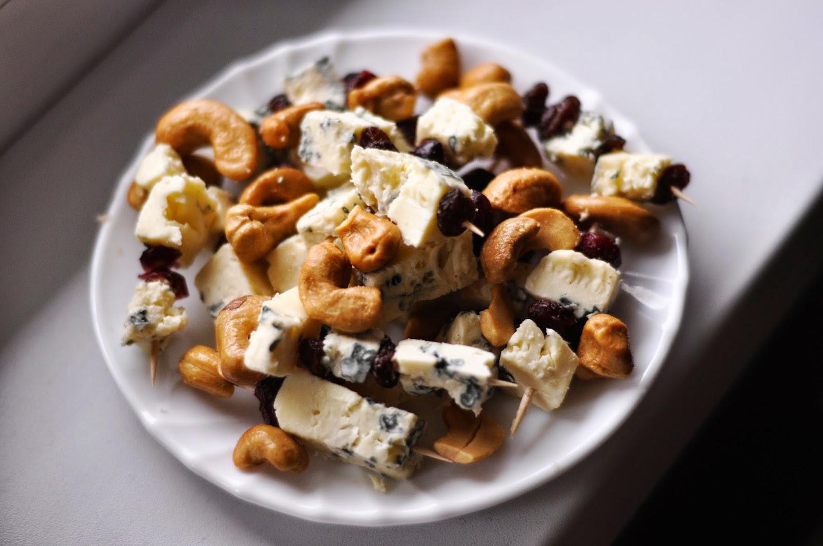 Koteczki (koreczki) z serem i orzechami