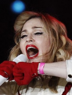 Madonna canta em São Petersburgo com a pulseira rosa em apoio aos direitos LGBT (Foto: Reuters)