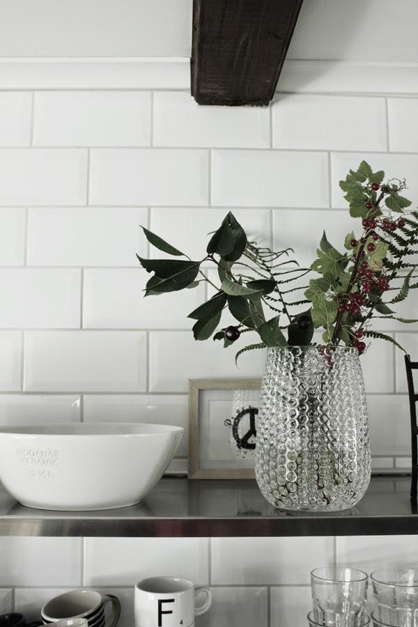 kvistar av bär och frukter i vas, i köket, kök, 2014, industristil, nytt kök, inspiration, inredning, inredningstips, hyllor, hylla, vitt, svart, svart och vitt