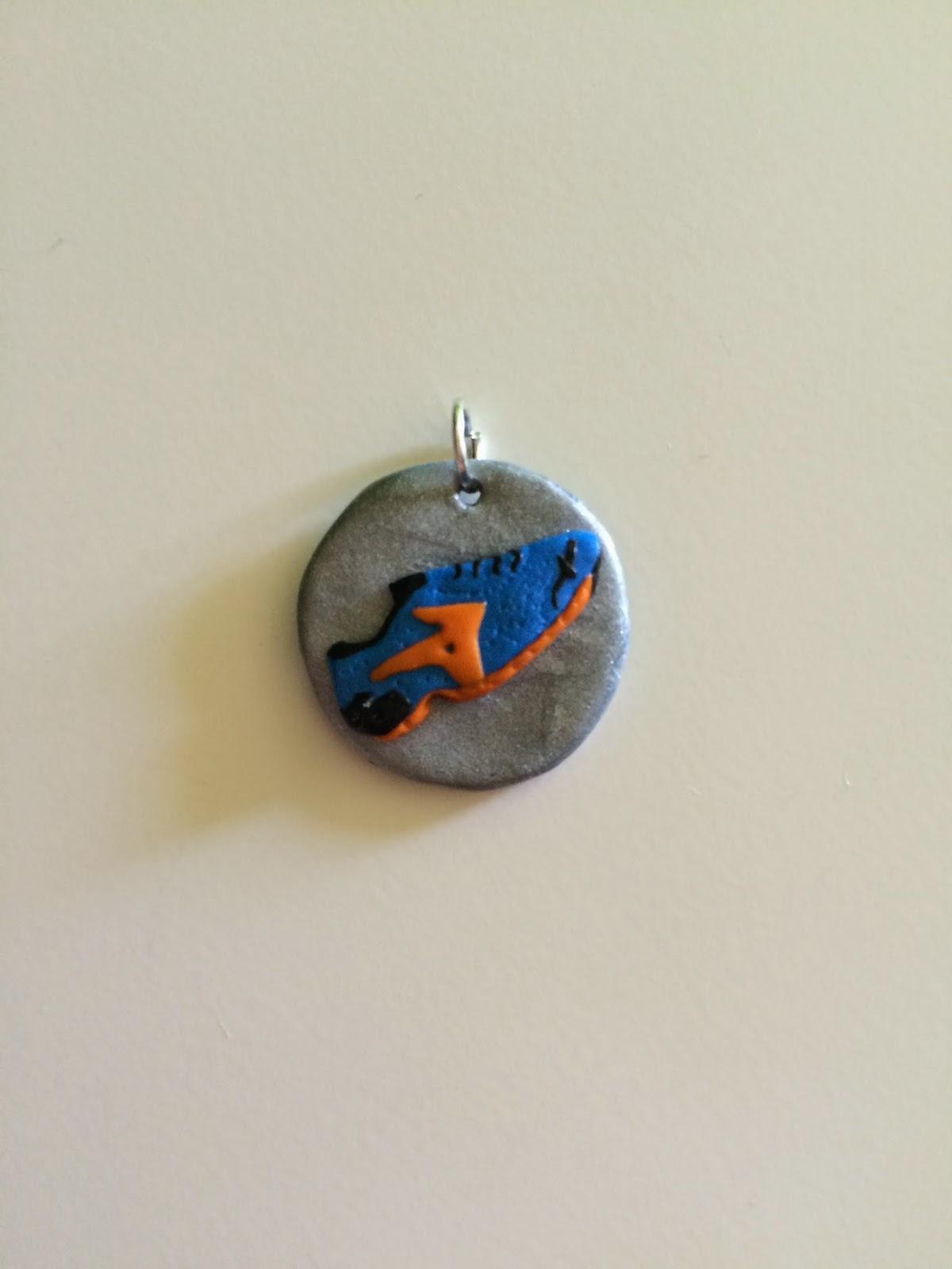 zapatilla running azul con logo naranja
