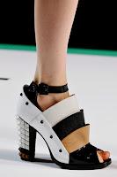 Обувки с каишка около глезена на висок ток на Fendi
