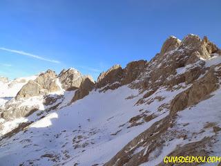 Guias de montaña para escalar en invierno  en los Picos de Europa, cara norte del Tesorero, Guiasdelpicu.com