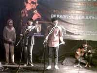 Sanggar Srikandi mempergelarkan musikalisasi puisi di Tadarus Puisi IX  Banjarbaru 27 Juli 2012