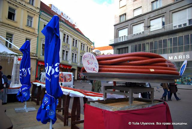 Новогодняя колбаса на площади бана Елачица в Загребе