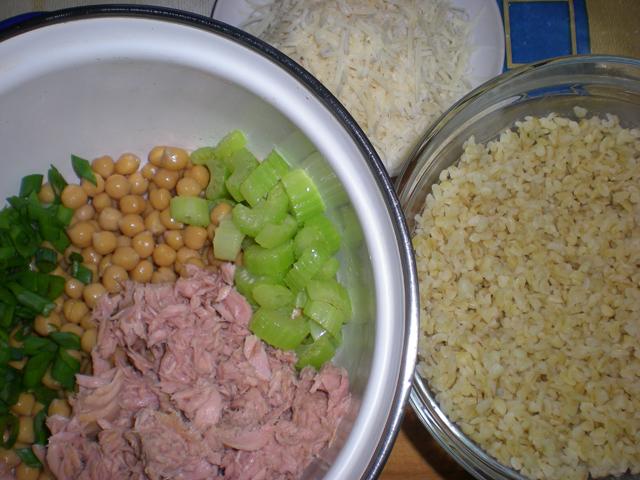Салат из нута и булгура с тунцом