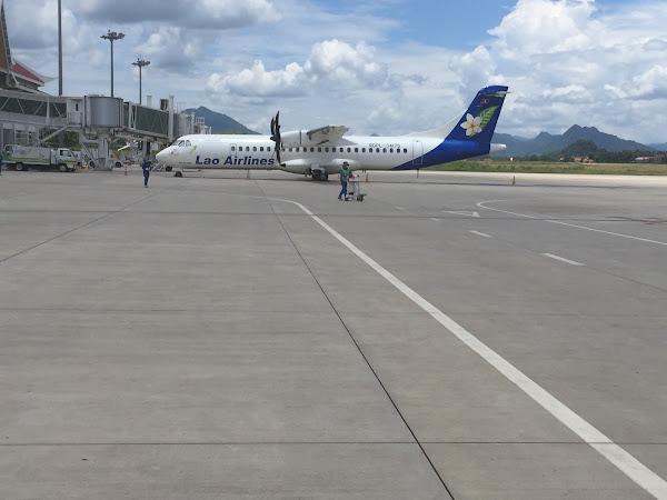 隣に駐機中のラオス航空のプロペラ機