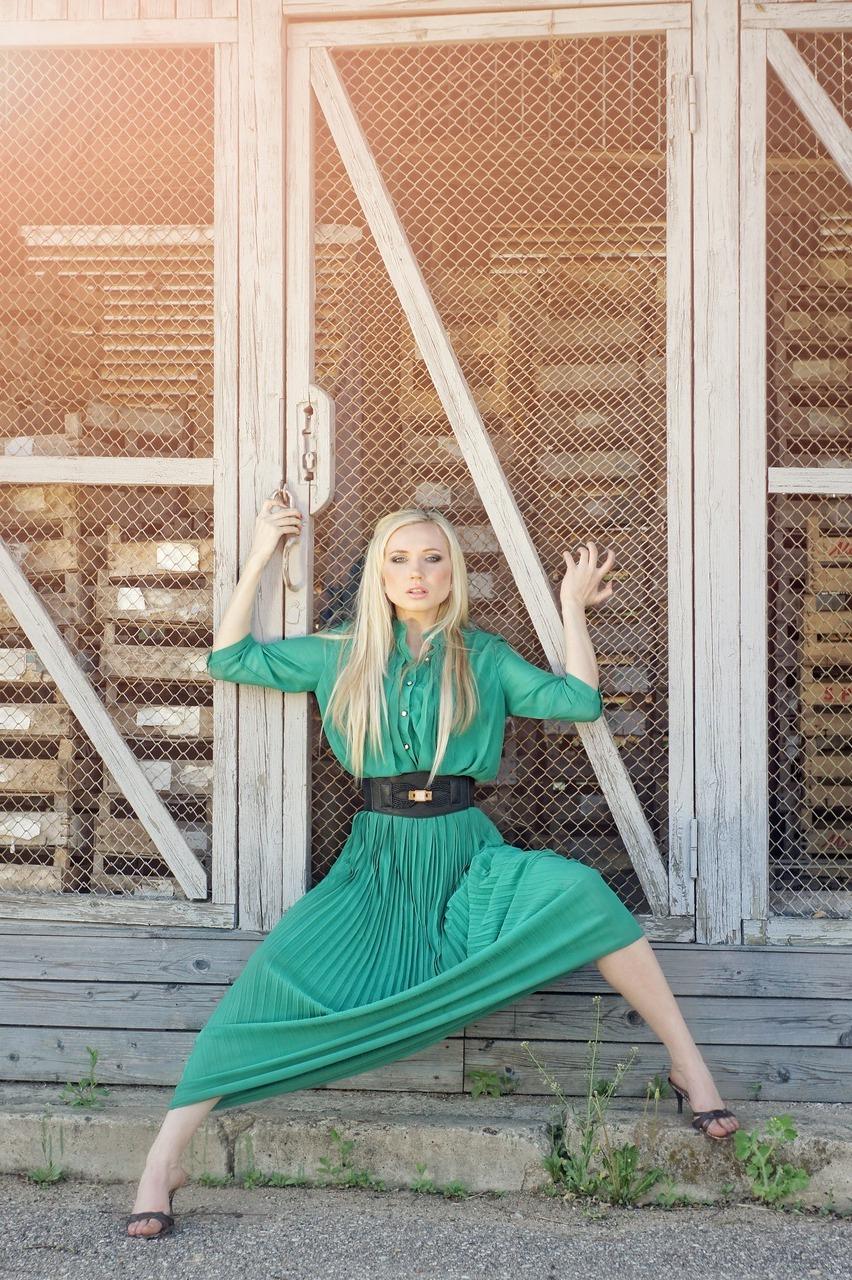 фотосессия девушки в зеленом платье