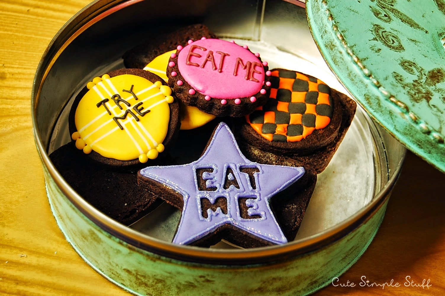 http://www.cutesimplestuff.com/2015/01/alice-in-wonderland-cookies.html