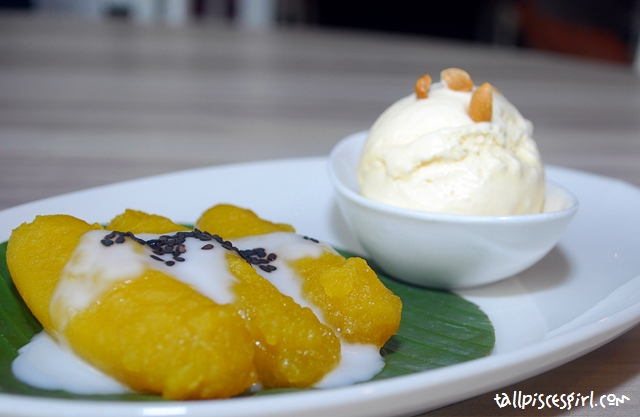 Steamed Sweet Banana topped with Vanilla Ice Cream (RM 8.50)