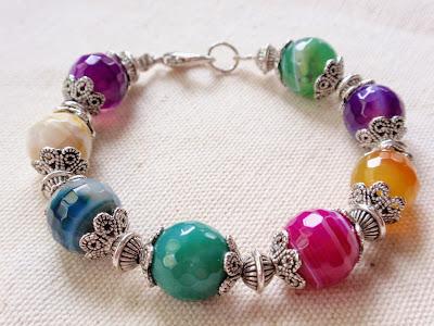 Pulsera artesanal de bolas facetadas grandes de piedra agata de colores, abalorios de metal y cierre mosquetón