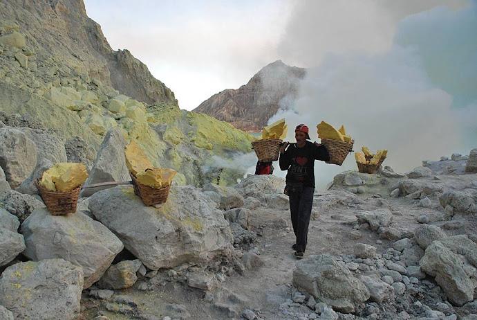 Minero transportando azufre
