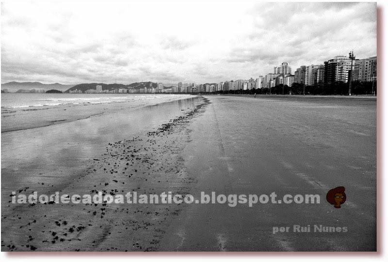 Foto em preto e branco do encontro do mar vazante e a faixa de areia da praia em Santos, São Paulo, Brasil