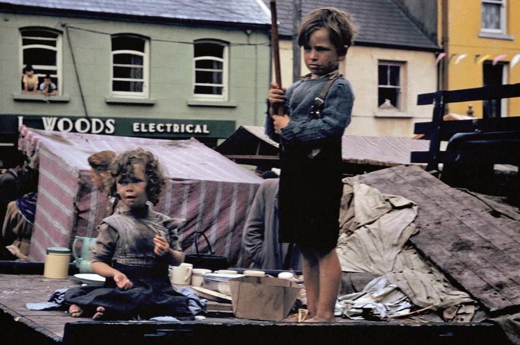 Мальчик и девочка на улице.