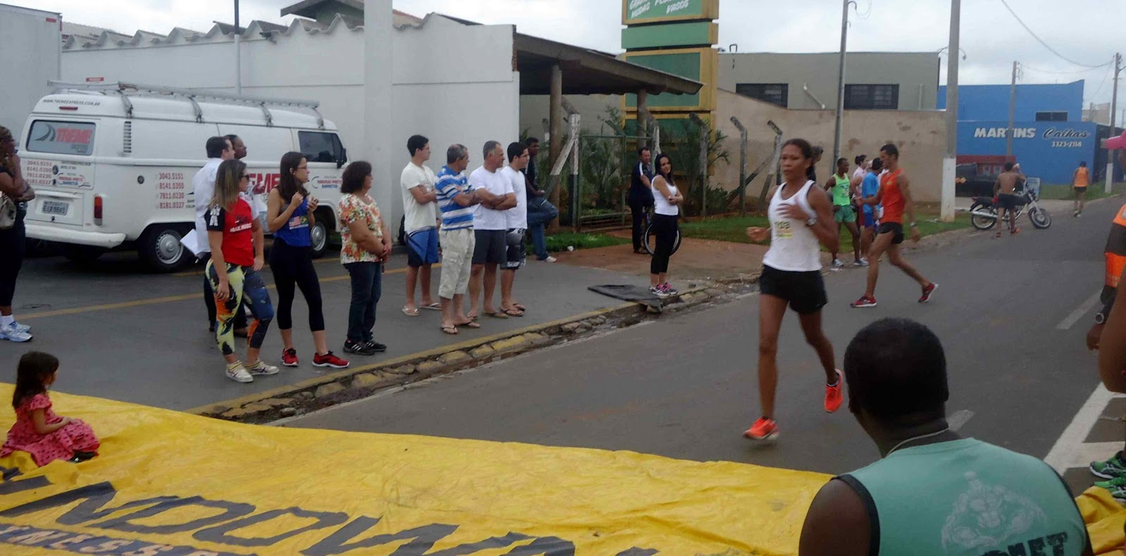 Foto 112 da 1ª Corrida Av. dos Coqueiros em Barretos-SP 14/04/2013 – Atletas cruzando a linha de chegada