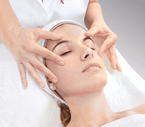 El masaje de la persona delgada de las arrugas