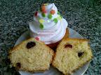 Fehér csokis áfonyás muffin, vörös áfonyával és kókuszreszelékkel töltött, tejtermék mentes sütemény recept.