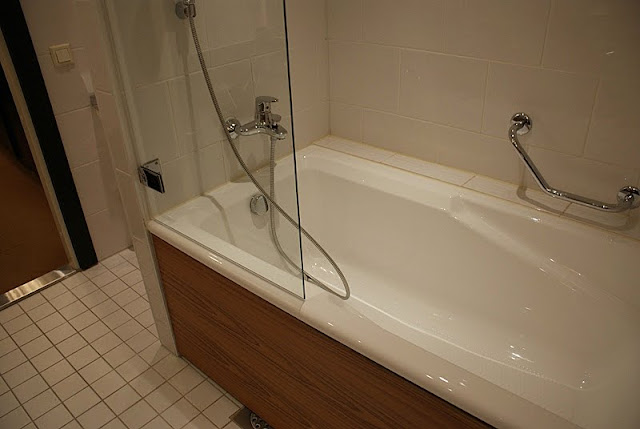 crowne plaza helsinki, hotelli, valkoinen kylpyhuone, moderni