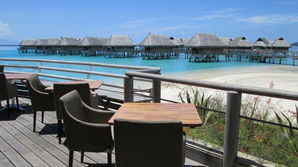 Terrasse et salon avec vue sur le lagon bleu du Sofitel Moorea Ia Ora Beach Resort
