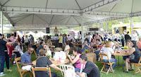Praça de alimentação lotada no evento La Feira Planetária Rio + 3 Teresópolis