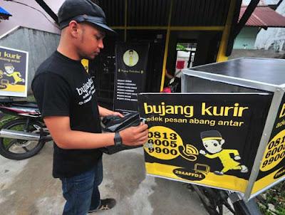 BY ORDER : Karyawan Bujang Kurir tengah memasukkan barang pesanan konsumen ke boks penyimpanan di motor. Siap diantarkan ke kawan bujang sesuai pesanan. FOTO HARYADI/PONTIANAKPOST